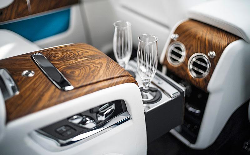 Rolls-Royce ukázal nejzajímavější zakázky loňského roku. Je mezi nimi i auto vzdávající poctu československým pilotům: - fotka 4