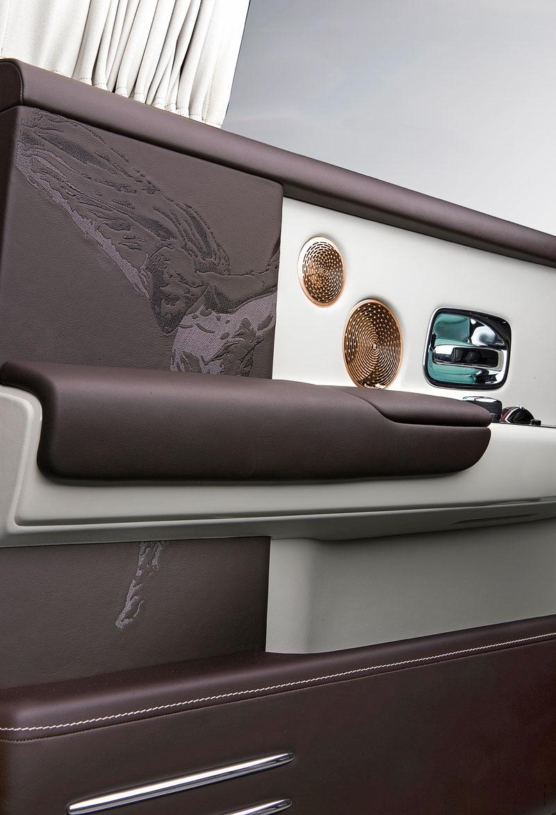 Rolls-Royce ukázal nejzajímavější zakázky loňského roku. Je mezi nimi i auto vzdávající poctu československým pilotům: - fotka 17