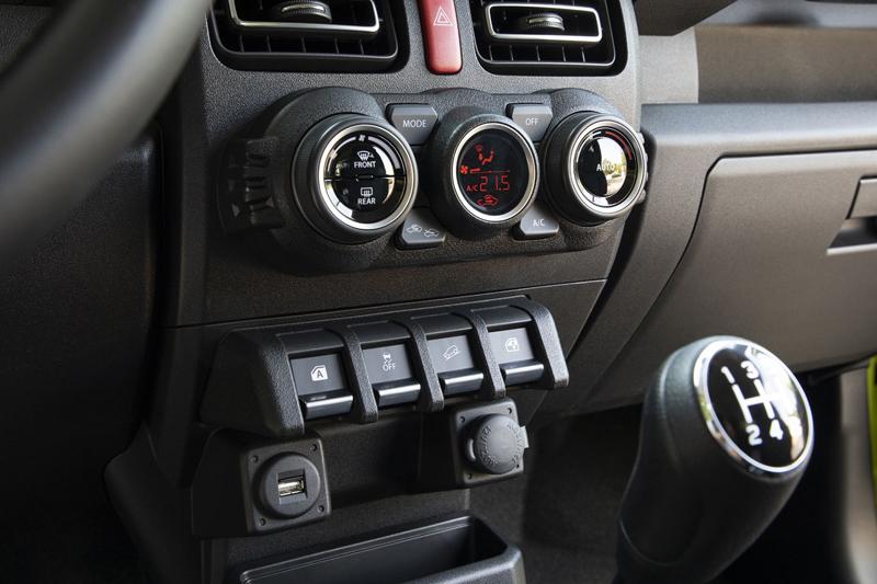 Je nové Suzuki Jimny stále pořádný off-road? Britové ho poslali do souboje s Toyotou Land  Cruiser: - fotka 3