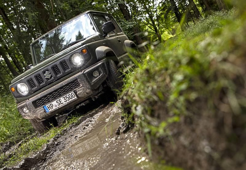 Je nové Suzuki Jimny stále pořádný off-road? Britové ho poslali do souboje s Toyotou Land  Cruiser: - fotka 12