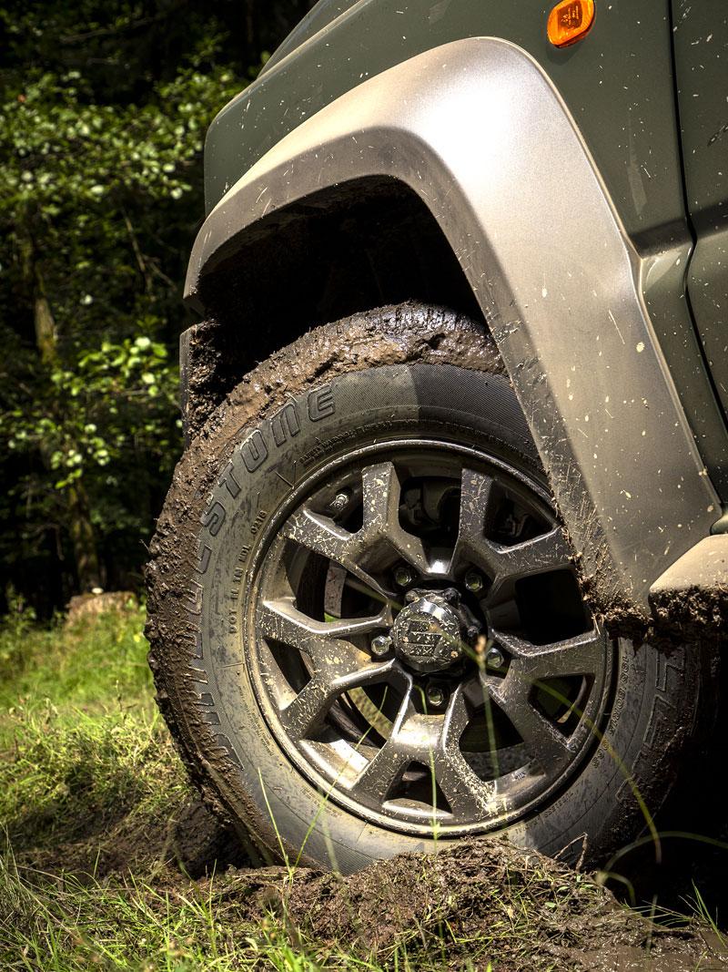 Je nové Suzuki Jimny stále pořádný off-road? Britové ho poslali do souboje s Toyotou Land  Cruiser: - fotka 36