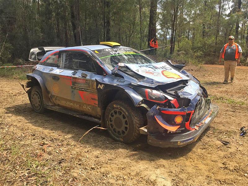 Mikkelsen měl při Australské rallye zvláštní nehodu. Překvapil ho traktor: - fotka 1
