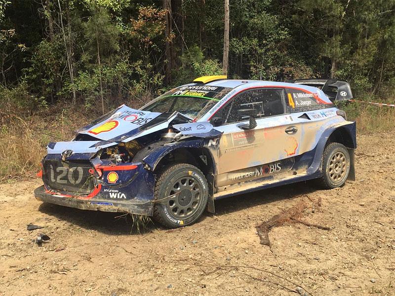 Mikkelsen měl při Australské rallye zvláštní nehodu. Překvapil ho traktor: - fotka 2