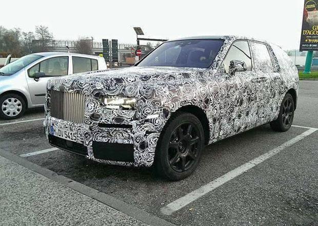 Terénní Rolls-Royce na nových fotkách. Zachycen byl během testování v Itálii
