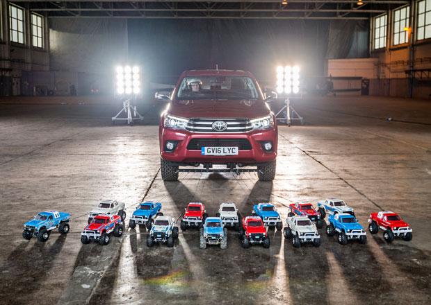 Toyota Hilux poměřila síly se svými rádiem řízenými modely