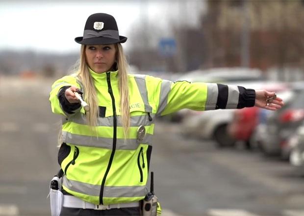 Když policista řídí provoz na křižovatce. Víte, co znamenají jeho gesta?
