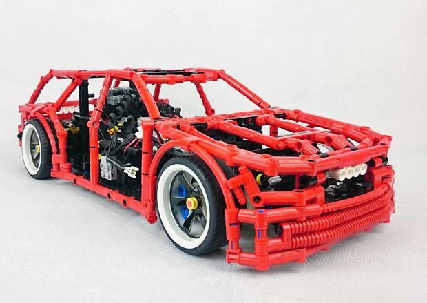Nadšenec si postavil driftující kombík z Lega. Má i funkční ruční brzdu!