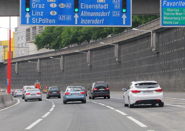 Cestu na dovolenou osobními auty prodražují dálniční poplatky
