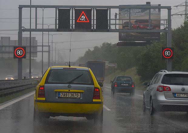 Proč některé vozovky v Česku tolik kloužou? Víme, na které si dát pozor!