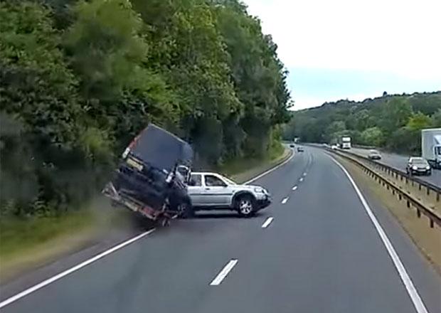 Jak to dopadne, když se nerespektují pravidla o přípojných vozidlech? Řidič dostal tvrdou lekci
