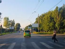 Řidič projel na červenou a málem srazil dívku. Karma mu to okamžitě vrátila