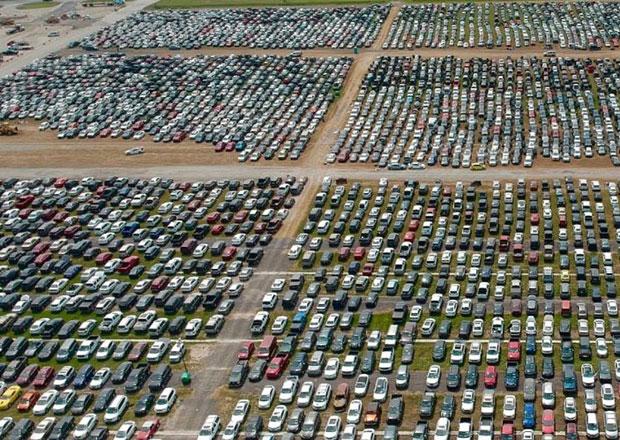 Unikátní záběry z dronu: Auta zpustošená hurikánem mají azyl na závodních oválech