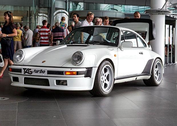 Obyčejné Porsche? Tahle 911 Turbo má ve své zádi motor z F1