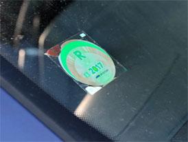 Jak odstranit dálniční známku? Známe spolehlivý a šetrný způsob!