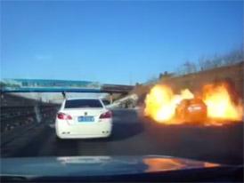 Šílené drama v Číně. Nehoda cisterny s LPG se změnila v peklo na zemi