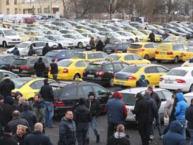 Vláda slíbila taxikářům srovnání podmínek, řidiči zrušili protest