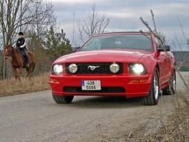 Za volantem Fordu Mustang GT Cabrio. Jaká je po letech minulá generace slavného pony caru?