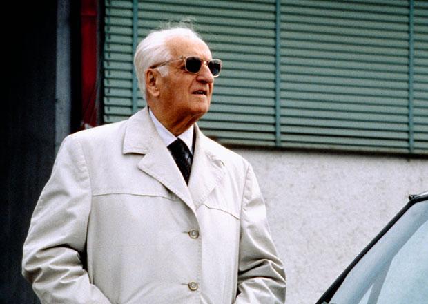 Enzo Ferrari své automobilce i světu chybí již 30 let. Připomeňte si legendu