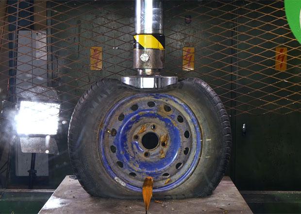Šílený pokus s ocelovým a litým kolem: Co se s nimi stane pod tlakem hydraulického lisu?