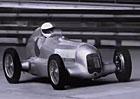 Mercedes-Benz si připomíná slávu stříbrných šípů (video)