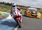 Video: Závodní jezdci proti sobě. Bude rychlejší motorkář za volantem, nebo pilot za řídítky?