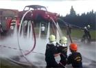 Video: Když se hasiči nudí... Létají s trabantem!