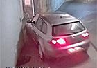 Video: Něco na dobrou noc. Když se ožralý řidič snaží vyjet z podzemních garáží