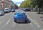 Řidič Porsche 911 v Praze vybrzďoval hasiče. Hrozí mu zákaz řízení (video)