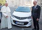 Papež František jde s dobou. Bude jezdit v elektrickém Opelu Ampera-e
