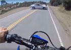Bezohlednost řidiče ohrozila motorkáře. Otáčení v zatáčce je fakt špatný nápad