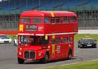 Fanoušci vBritánii mohou přímo na okruh. Mezi závoďáky je vozí autobus!