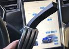 Tesla doplatila na volbu materiálů. Elektromobilům se lámou plastové pedály!