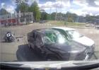 Motorkář projel na červenou a havaroval se dvěma auty. Naštěstí přistál do měkkého