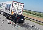 Šílená nehoda na D1: Polovina Porsche se utopila vkamionu, řidič neměl šanci
