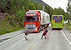 Školní poučka o přebíhání silnice v praxi: Dítěti zachránilo život až nouzové brzdění kamionu