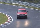 Škoda na Nürburgringu testuje tajemný Kodiaq. Vypadá jako lidový Junior, ale klame tělem