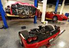 Podívejte se, jak se mění spojka u Ferrari F50. Slavné superauto musíte rozpůlit!