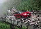 Range Rover se náročných podmínek nebojí ani jako hybrid. Takhle vyjel schody na Nebeskou bránu