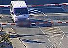 Řidič dodávky v Blansku vjel na přejezd, jen těsně ho minul vlak
