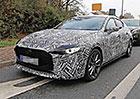 Nová Mazda 3 poprvé zachycena na silnici. Zaujme agresivní přídí